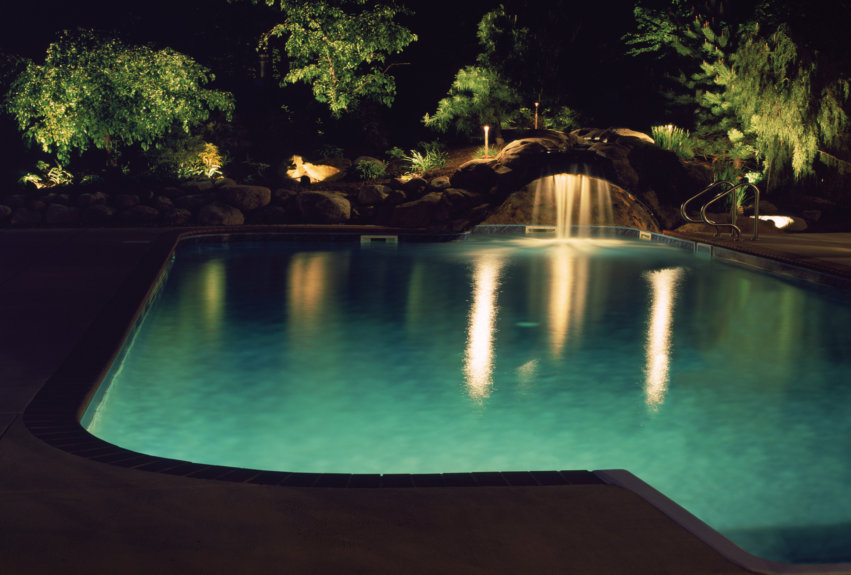 Treat your outdoor space like a work of art with columbus for Pool design lighting